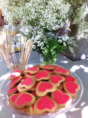 galletas-rojas-corazon-centro-flores-bautizo-y-comunion