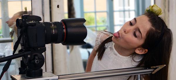 foto divertida niña comunion