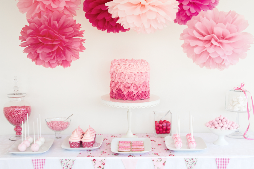 mesa de dulces decorada con pompones