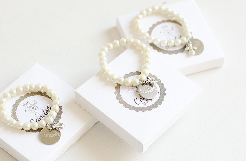 pulseras de perlas con medalla grabada