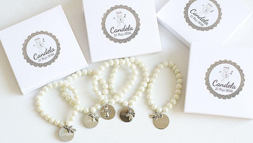 detalles invitados Pulseras perlas con medalla grabada y angelito